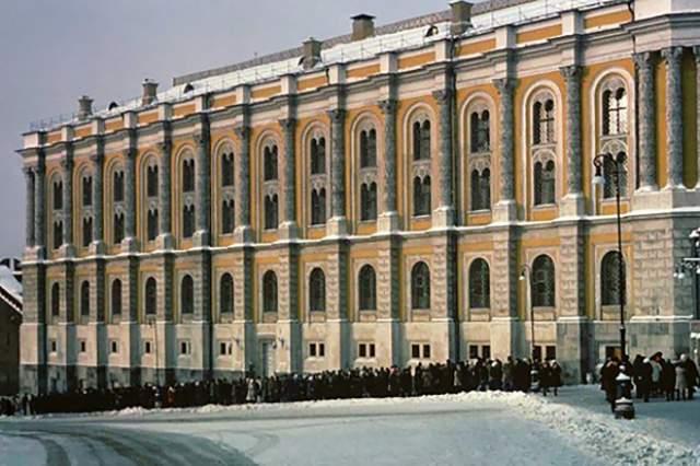 А это очередь в Оружейную палату на Боровицкой улице (Кремль).