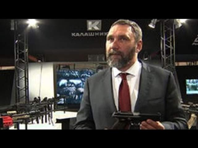 В 1996 году он освободил из Чеченского плена восемь русских солдат, но на просторах Сети не представлены подробности данного эпизода жизни телеведущего и режиссера.