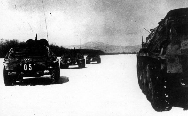 """На Даманский выходили усиленные наряды пограничников, а в тылу была развернута 135-я мотострелковая дивизия Советской Армии с артиллерией и установками системы залпового огня БМ-21 """"Град""""."""