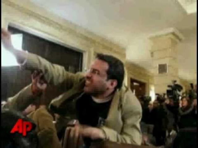 """Совсем не юмористично по отношению к Бушу был настроен египетский журналист на пресс-конференции в Багдаде. Он внезапно поднялся со своего места и со словами """"Это подарок от иракцев. Это прощальный поцелуй, ты - собака""""..."""