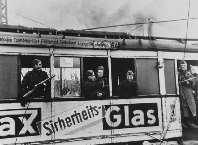 Советские солдаты в вагоне берлинского трамвая.