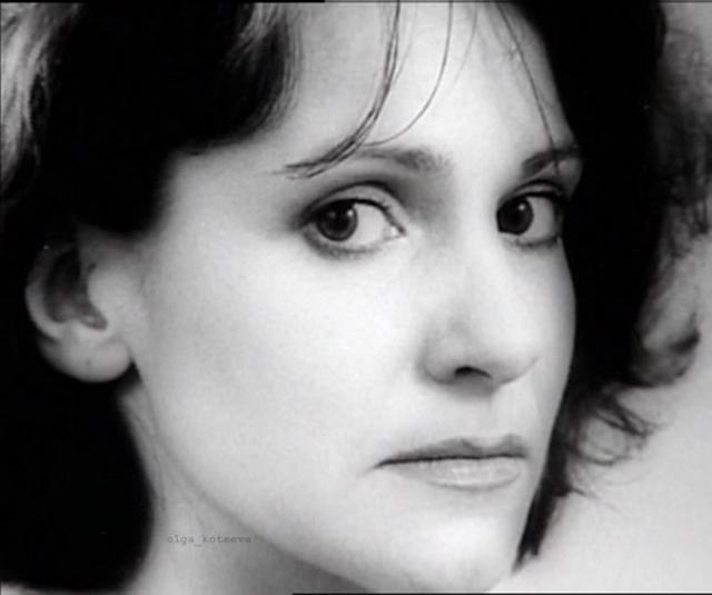 """В 1986 году Артемьева окончила Театральное училище имени Б. Щукина, а впервые на экранах дебютировала в 1986 году в школьном фильме """"Очень страшная история"""", до 2003 года играла в театре Ленком."""