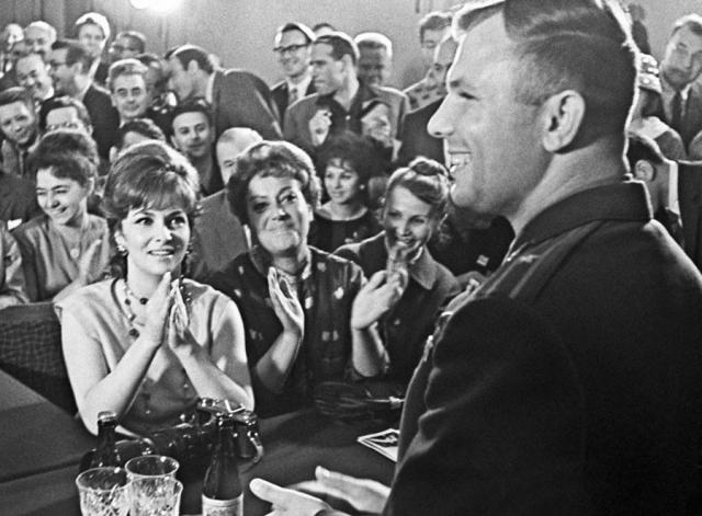 Причем на приеме у министра культуры Фурцевой актриса не стеснялась бросать на космонавта влюбленные взгляды.