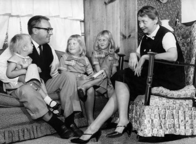 Она верила в его талант, стала практически единственным добытчиком в семье, лишь бы Рэй продолжал писать. Два года Мэгги бралась за любую работу, пока Брэдбери писал первое произведение, принесшее ему славу.