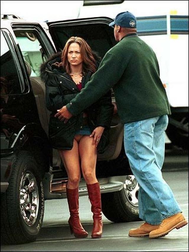 """А тут Джей Ло подвел уже """"низ"""" ее наряда."""