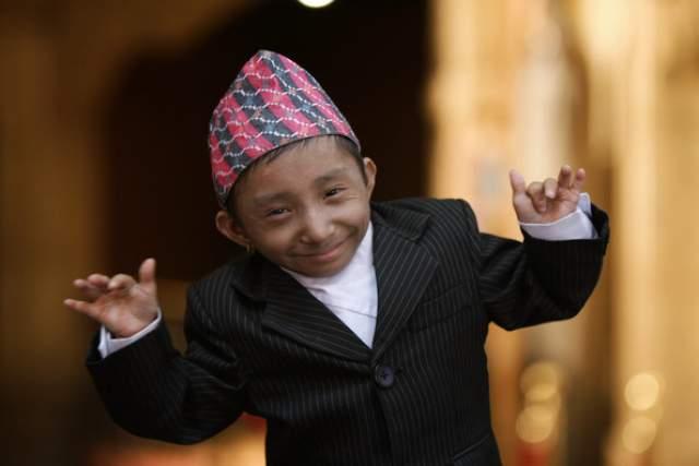 Хагендра, как сообщают местные СМИ, занимается танцами в труппе, а в остальное время помогает отцу в магазине фруктов. Пока что этот рекордсмен не состоит в серьезных отношениях.