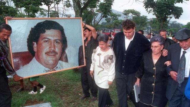 Но если сегодня в трущобах Медельина задать вопрос о том, кем был Пабло Эскобар, ни один из опрашиваемых людей не произнесёт об Эль-Патроно дурного слова. Его портреты продаются рядом с портретами Че Гевары. В некоторых местах еще почитают как святого, а на его могилу до сих пор совершают паломничества. Легенда «Кокаинового короля» является одной из основных причин туристического успеха Медельина, а его музей ежегодно посещают десятки тысяч туристов.