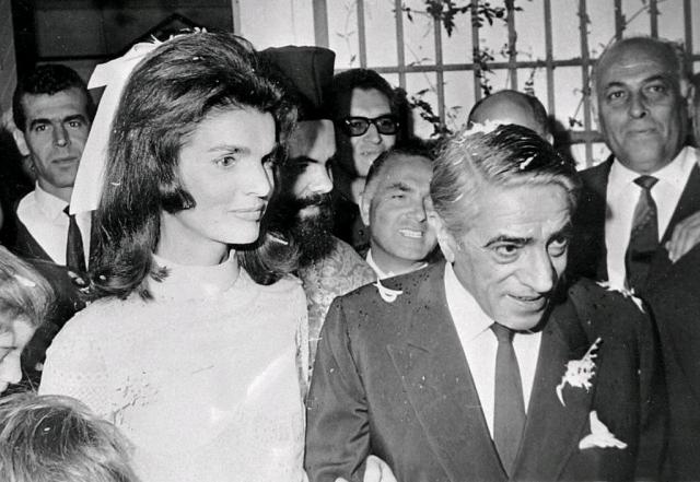 Остров. Когда Жаклин Кеннеди собралась замуж за Аристотеля Онассиса , она никак не могла определиться, где провести такое торжественное событие.
