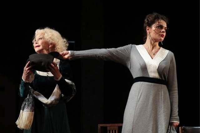 Светлана Немоляева во многих спектаклях играет с внучкой Полиной Лазаревой, при этом стараясь не критиковать девушку и не поучать ее.