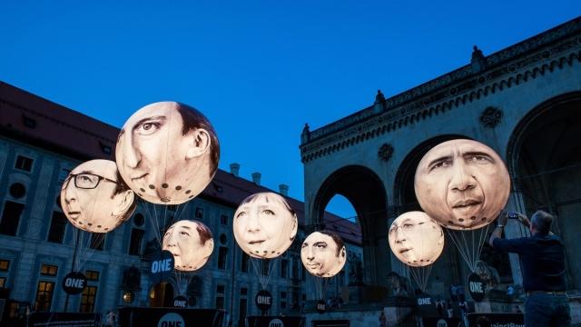Мюнхен, Германия, 5 июня. Воздушные шары с головами лидеров Большой Восьмерки, призванные привлечь внимание к проблеме мировой бедности и неравенства.