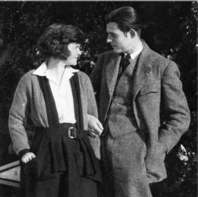 Эрнест Хемингуэй. В Чикаго писатель знакомится с нежной изящной рыжеволосой девушкой Хэдли Ричардсон. Они поженились.