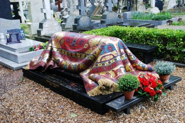 Согласно его желанию, похоронен на русском кладбище Сент-Женевьев-де-Буа под Парижем. Его могила накрыта цветным мозаичным восточным ковром и до сих пор является культовым местом для его поклонников.