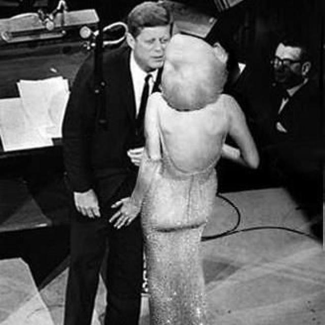 """На празднование 45-летия Кеннеди, как не удивительно, президент взял именно Мерилин, где она и спела свою знаменитую """"Happy Birthday, Mr.President""""."""