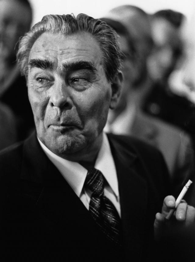 Как-то генсек Леонид Брежнев во время отдыха изъявил желание посмотреть что-то новое и веселое. Ему показали комедию, намекнув, что в ней есть моменты, порочащие честь партийных лидеров. Но Брежнев юмор Гайдая оценил, это и стало пропуском на широкий экран.