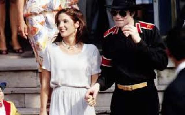 Майкл Джексон В 1994 года Майкл Джексон удивил весь мир, тайно связав себя узами брака с Лизой-Марией Пресли, дочерью Элвиса Пресли. События стало сенсацией, в которой многие поклонники видели расчет. Как бы то ни было, брак просуществовал всего полтора года.