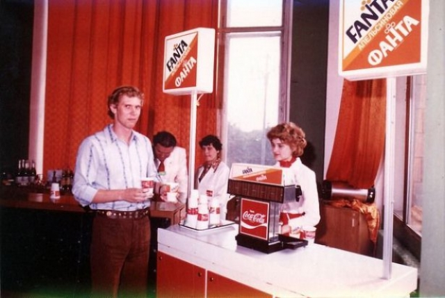 """Тогда же советские жители впервые познакомились с такими предметами """"буржуазного"""" обихода как кока-кола, кетчуп, жевательная резинка и одноразовая пластиковая посуда."""