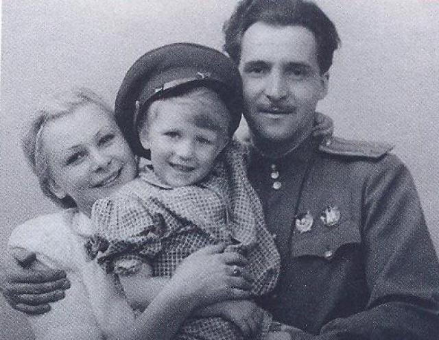 """После войны актриса начала пить и в 1957 году Симонов с ней развелся, их дочь воспитывала бабушка. Только после смерти Серовой Константин написал дочери: """"Прости меня, девочка, но то, что было у меня с твоей матерью, было самым большим счастьем в моей жизни… И самым большим горем…""""."""