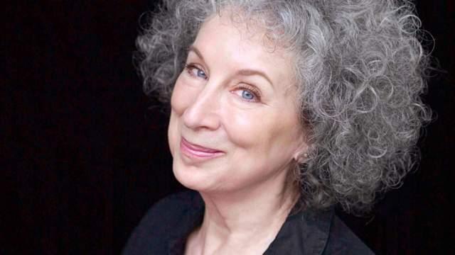 """Позднее она издала несколько романов, но по-настоящему знаменитой стала после написания """"Рассказ служанки"""". Он тут же стал бестселлером, его не только экранизировали, но поставили по нему балет и даже сняли сериал. Кстати, Маргарет получила в нем эпизодическую роль - она сыграла одну из """"теток""""."""