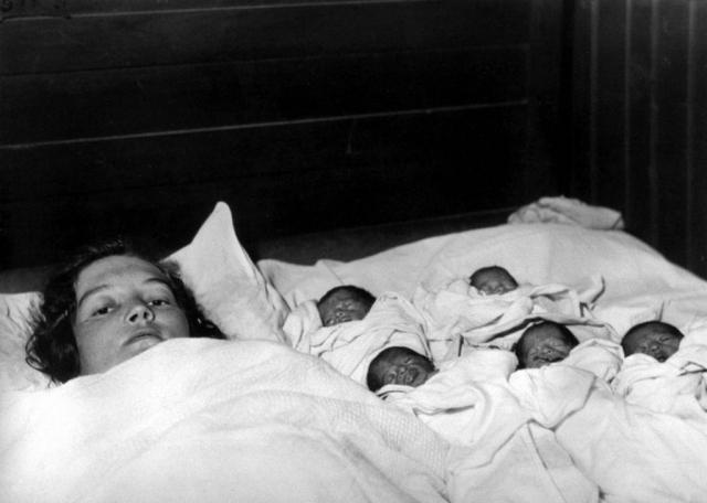 28 мая 1934 года в небольшой деревеньке на севере провинции Онтарио родились пять знаменитых канадских девочек-близнецов. Недоношенные семимесячные девочки весили всего по 600 грамм. Врач, принимавший роды, был уверен, что малышки не проживут и часа, но сестрички стали первыми пятерняшками, которым удалось выжить.