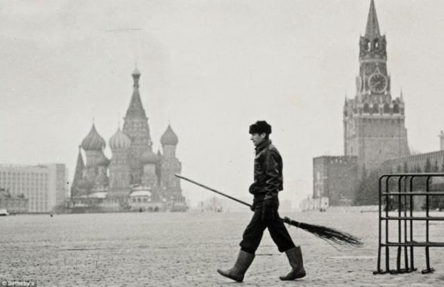 11. Дворник на Красной площади. Снимок Геннадия Бодрова, сделанный в 1988-1990 годах, оценен в 2-3 тысячи фунтов стерлингов.