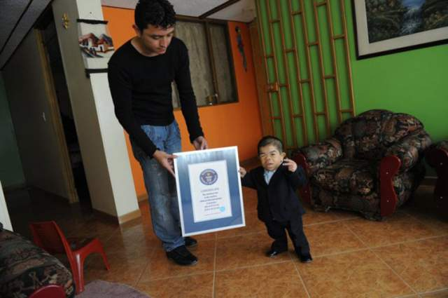 Эдвард живет в Боготе (Колумбия), и врачи до сих пор не знают, почему его рост прекратился - по всем показателям здоровье мальчика было в норме. При этом у троих его братьев также все в порядке с ростом, а вот младший выше Эдварда лишь на 23 см. Мужчина не женат.