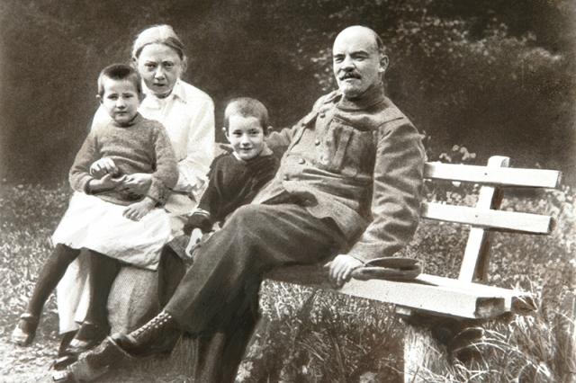 Брак революционеров был основан на идейной близости и любви, но был бездетным, поскольку Крупская была бездетна: с ранних лет она страдала от врожденного аутоиммунного заболевания - диффузного токсического зоба.