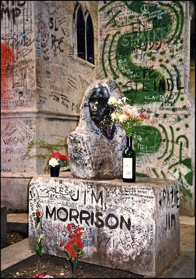 Джим Моррисон. Могила музыканта - одна из самых посещаемых достопримечательностей Парижа, причем примечательна она граффити, памятными надписями и сувенирами, оставленными на ней поклонниками. Надгробие Моррисона воровали и разрушали столько раз, что теперь оно под охраной.