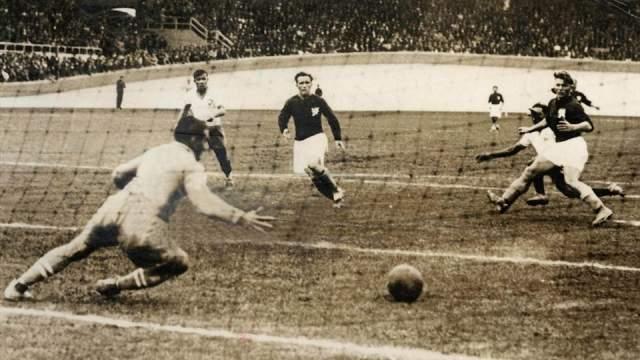 """Во время ЧМ-1938, который проходил во Франции, в 1/4 финала играли Чехословакия с Бразилией. Матч был настолько жестоким, что его прозвали """"Битвой в Бордо""""."""