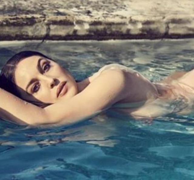 Фотографом выступил Фред Мейлан, за прическу отвечал известный стилист Джон Нолле, а за макияж — визажист Летиция Карневале.
