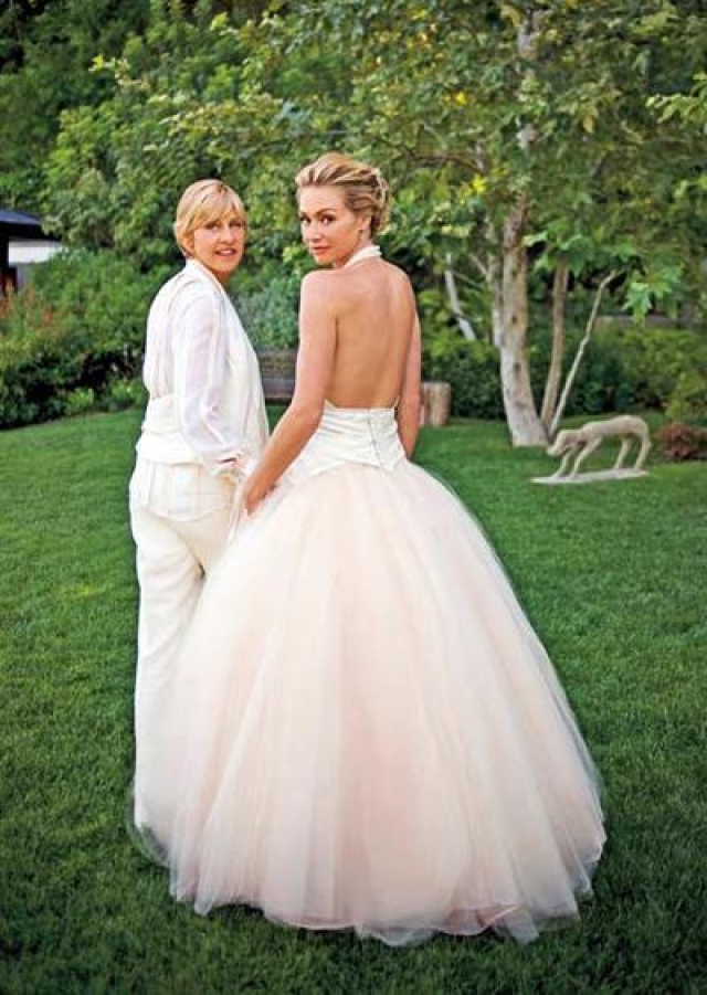 С 2004 года Дедженерес состоит в отношениях со звездой сериалов Элли Макбил и Замедленное развитие Поршей де Росси. 16 августа 2008 года они поженились у себя дома в Калифорнии.