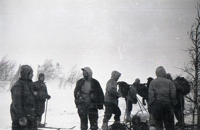 """1 февраля группа решила заночевать на склоне горы Холатчахль, недалеко от безымянного перевала, который и будет позднее назван перевалом Дятлова. То, что название горы переводится с мансийского как """"Гора мертвецов"""" туристов не испугало."""