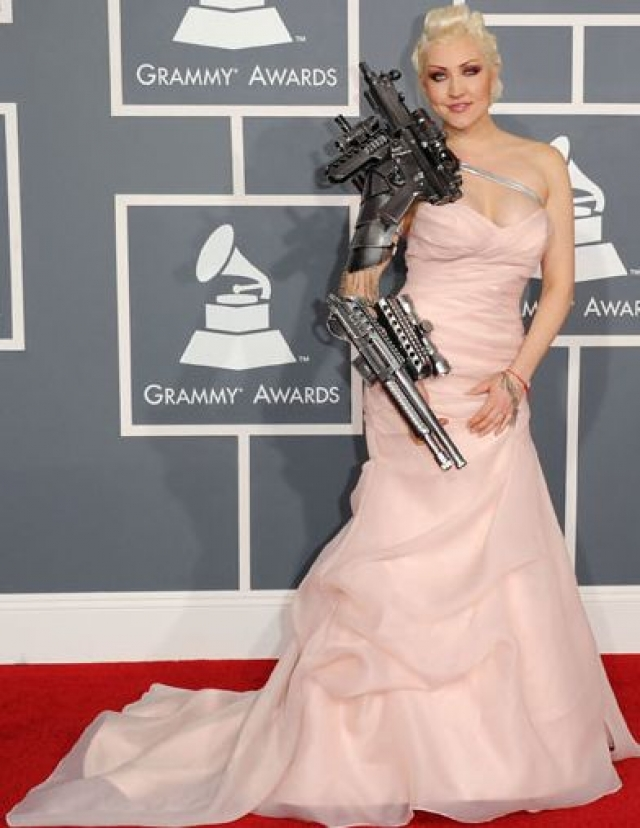 """Sasha. Певица шокировала гостей церемонии """"Грэмми"""" 2012 нарядом в духе """"Терминатора""""."""