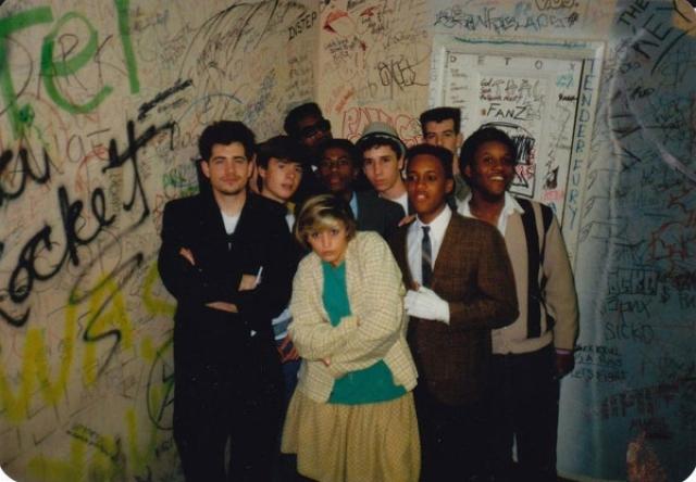 """No Doubt. Американская ска-панк-группа, образованная в 1986 году в Анахайме, Калифорния, США. Наибольшую известность приобрела после выхода альбома Tragic Kingdom в 1995 году, хит с которого """"Don't speak"""" звучал на каждой радиостанции."""