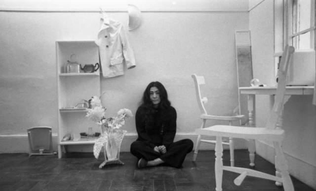В 1996 году Оно приехала в Англию из США со своей выставкой авангардного искусства. И Леннон пришел осмотреть на экспозицию. Несмотря на то, что ему было скучно, он остался, и случайно заговорил с художницей. До этого они ничего друг о друге не знали.