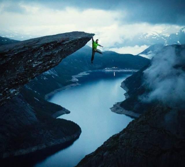 """Один из самых распространенных способов получить много лайков - пройтись """"по краю пропасти"""". Например, Мег Магдебург решил поразить всех подобным снимком на Языке Тролля в Норвегии."""