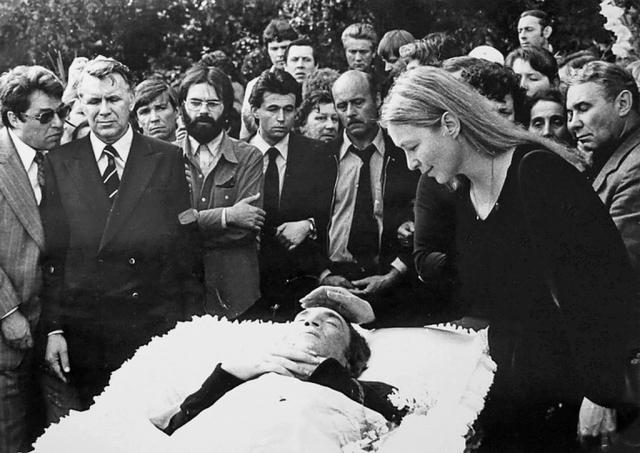 Вернувшись полностью разбитой после похорон во Францию она долго находилась в глубокой депрессии и даже пыталась покончить жизнь самоубийством.