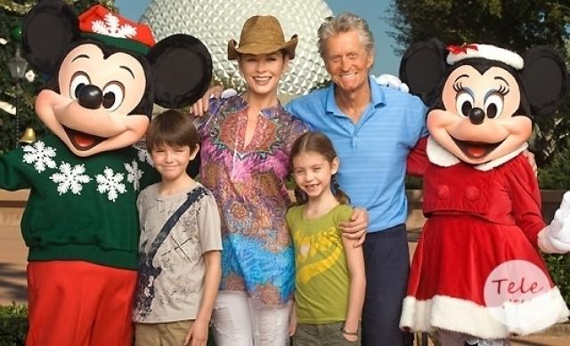 Майкл Дуглас. В августе 2000 года Кэтрин Зета-Джонс родила актеру сына Дилана, а спустя три месяца пара сыграла свадьбу.