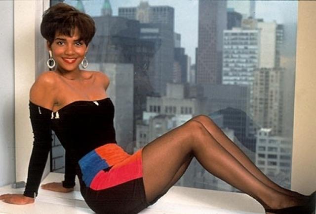 """Холли Бэрри. Будущая звезда успела поучаствовать в массе конкурсов красоты для юных девушек и даже получила второе место на конкурсе красоты США в 1986 году. В том же году она заняла шестое место в конкурсе красоты """"Мисс Мира""""."""