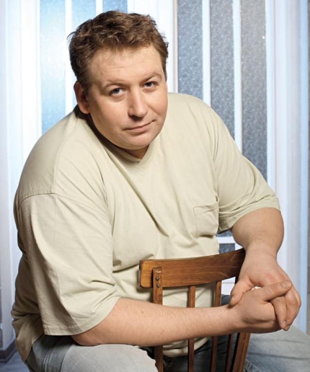 Станислав Дужников. Актер приехал покорять Москву из Саранска, в театральное училище сразу поступить не удалось, поэтому пришлось подрабатывать.
