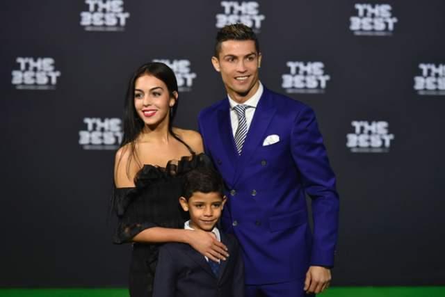 Завидный жених Криштиану Роналду собрался под венец со своей девушкой Джорджиной Родригес, которая в ноябре этого года родила ему четвертого ребенка - дочку Алану Мартину.