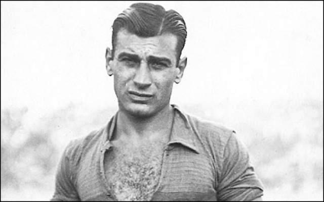 Франсиско Варальо. В 1930 году на первом чемпионате мира в Уругвае 20-летний Франсиско был одним из самых молодых игроков. Он получил кличку Пушечка (Cañoncito) - за мощный удар при сравнительно невысоком (1 м 70 см) росте.