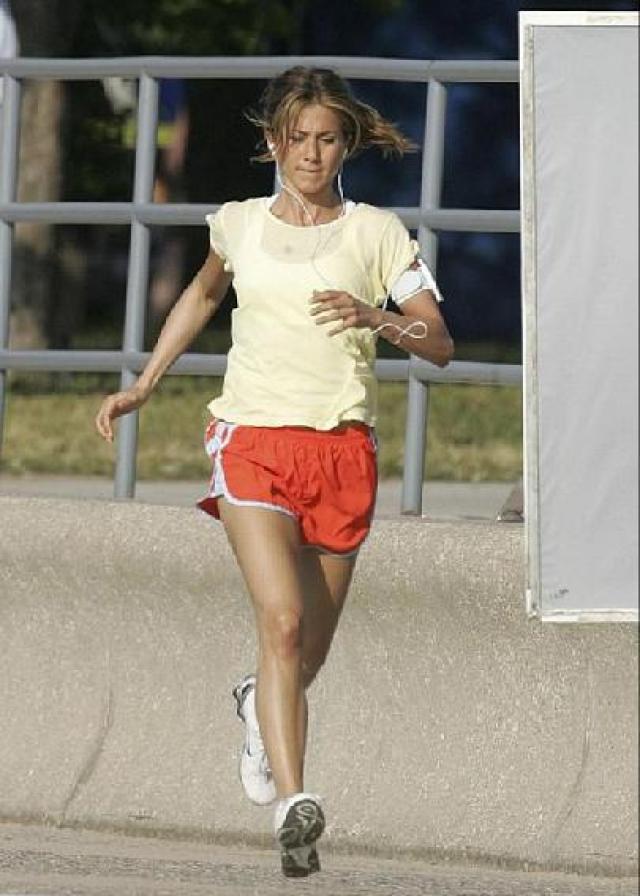 Среди ее занятий особое место занимают обычные пробежки. Также Дженнифер следит за своим питанием, полностью исключив из рациона фастфуд и продукты с повышенным содержанием углеводов.