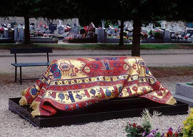 Некоторые туристы даже спрашивают, намокает ли ковер под дождем и как часто его меняют, настолько реалистичным получилось надгробие.