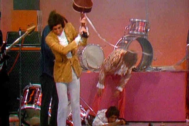 В 1967, когда группа The Who выступала в одном телевизионном шоу, барабанщик Кит Мун решил устроить небольшой взрыв во время выступления группы, чтобы удивить зрителей, для чего начинил свою бас-бочку взрывчатым веществом.