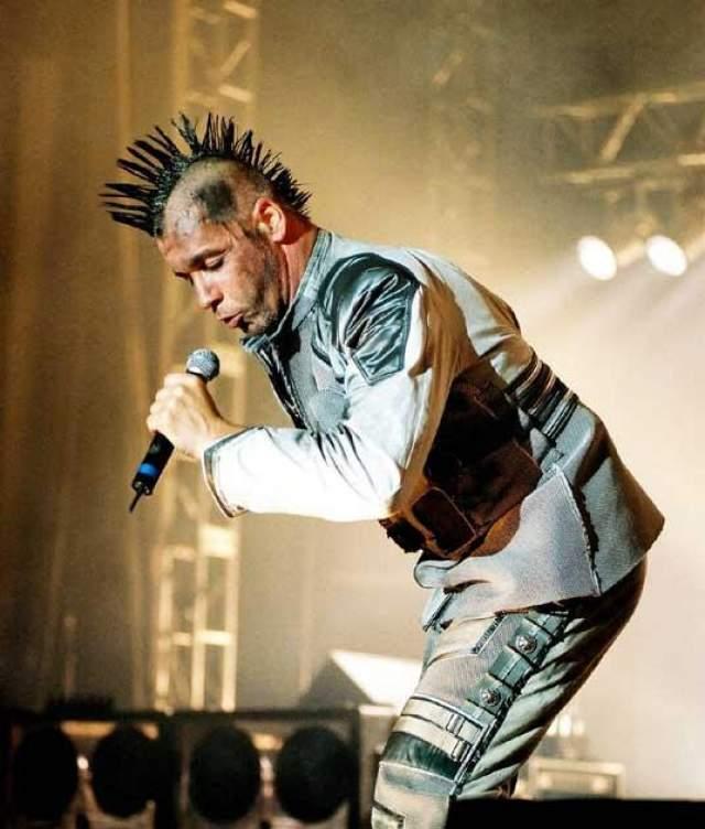 Тиль Линдеманн. Пожалуй, если спросить кого-то в середине 2000-х,. с чем у них ассоциируется Германия, многие назвали бы рок-группу Rammstein, фронтменом которой и является брутальный вокалист.