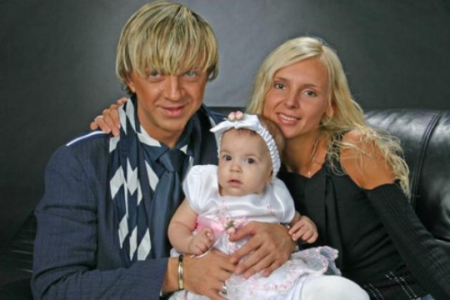 Рома Жуков. В июне 2012 года популярный певей потерял пятилетнюю дочь Елизавету-Викторию, которую ударило качелями по голове на детской площадке.