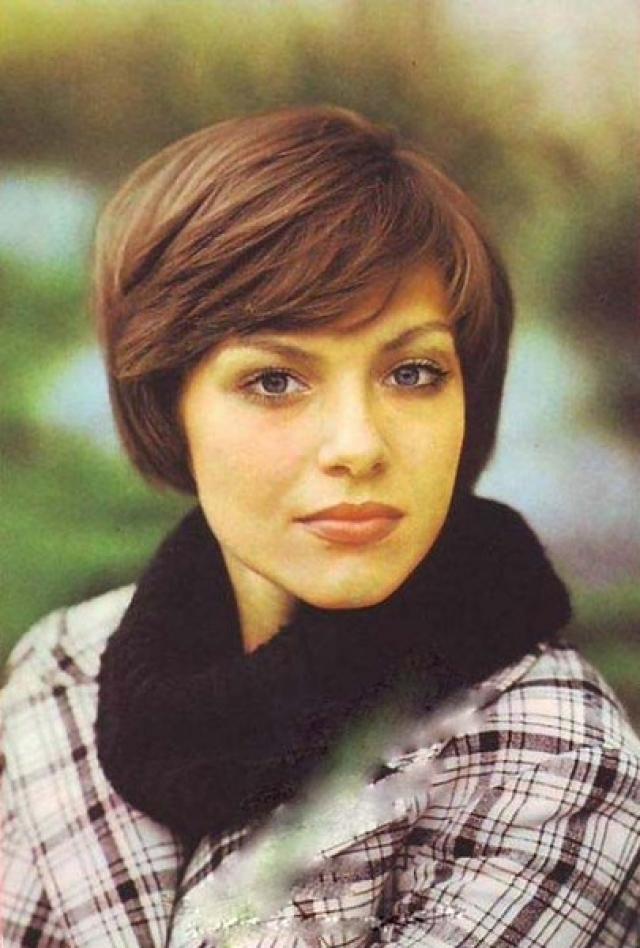 """С 1971 по 1976 год была солисткой ВИА """"Поющие гитары"""", где ей доверили две сольные песни: """"Неприметная красота"""" и """"Вода бывает горькая"""", что и стало началом музыкальной карьеры."""