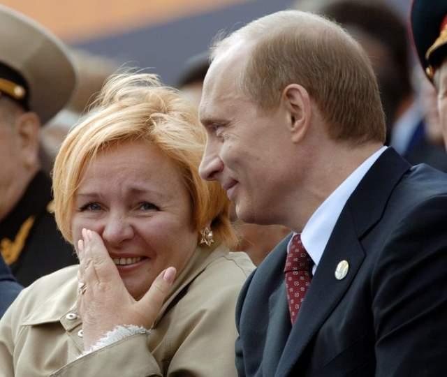 """"""" Я не люблю публичность, и перелеты для меня сложны. Мы навсегда останемся очень близкими людьми. Я благодарна Владимиру Владимировичу, что он меня поддерживает """", - сказала в тот день журналистам """"России-1"""" супруга главы государства. И с тех пор о личной жизни самого известного человека в стране (а может, и в мире) никто ничего точно не знает."""