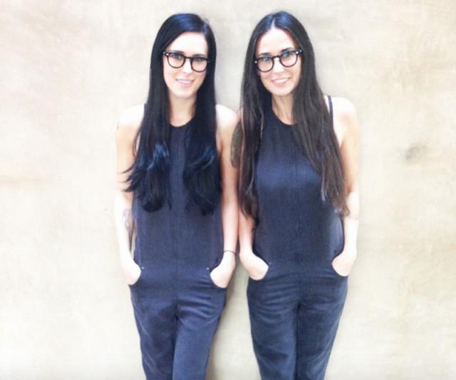 На некоторых снимках Деми усиливает этот эффект еще и выбирая одинаковые с дочками наряды, как в этом случае с Румер.