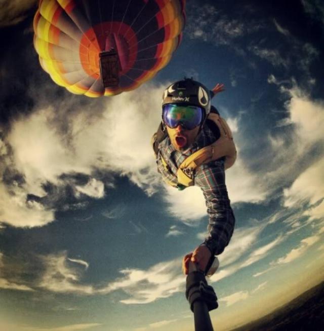Эрик Энгарджиола сделал селфи прыгая с парашютом с воздушного шара.